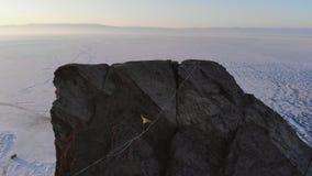 走在一个高岩石的吊索的勇敢的年轻女人 股票视频