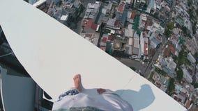 走在一个高楼特写镜头边缘的人 股票视频