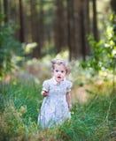 走在一个晴朗的秋天公园的美丽的女孩 免版税库存照片