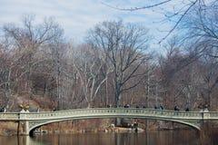 走在一座桥梁的人们在中央公园 库存照片
