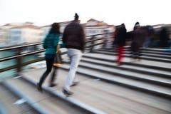 走在一座桥梁的人们在威尼斯 免版税库存图片