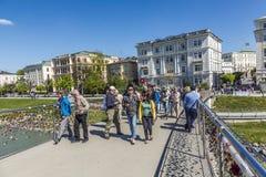 走在一座桥梁的人们在著名市萨尔茨堡 库存图片