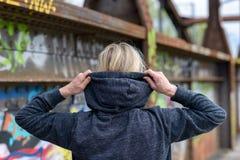 走在一座老桥梁的妇女培养她的敞篷 图库摄影