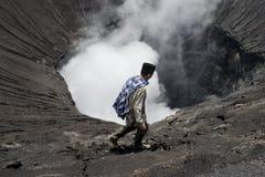 走在一座活火山边缘的Tenggerese人 免版税库存照片