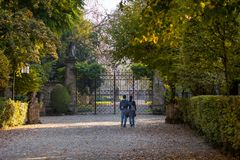 走在一条秋季道路中间的年轻夫妇 库存图片