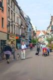 走在一条街道上的人们在科尔马 免版税库存图片