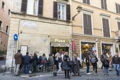 走在一条街道上的人们在罗马,意大利 库存图片
