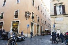 走在一条街道上的人们在罗马,意大利 免版税图库摄影