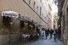 走在一条街道上的人们在罗马,意大利 图库摄影