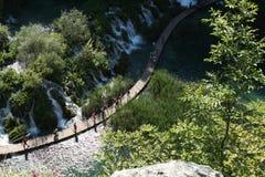 走在一条道路的人们在Plitvice国家公园 免版税库存照片