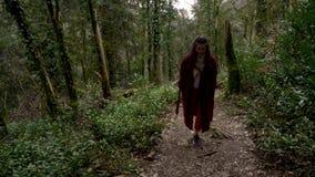 走在一条道路的妇女在绿色森林阿布哈兹里 影视素材