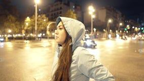 走在一条黑暗的街道上的疲乏的女孩在工作以后 夜城市生活 影视素材