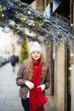 走在一条巴黎人街道上的女孩在圣诞节 库存照片