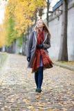走在一秋天天的女孩 库存图片