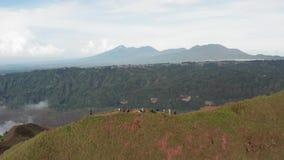 走在上面的徒步旅行者鸟瞰图 登山人在山合作 极端室外生活方式活动体育概念 影视素材