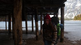 走在与一个大背包的lago di braies海岸的年轻俏丽的妇女 影视素材