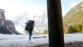 走在与一个大背包的lago di braies海岸的年轻女人 股票视频