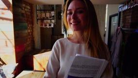 走在与文件的咖啡馆的快乐的学生在慢动作 影视素材