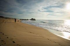 走在与波浪的风景美好的海景的人剪影在热的晴天在大西洋海岸, capbreton, fra的10月 免版税库存图片