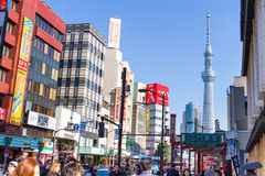 走在东京天空树附近的旅客在浅草 库存图片