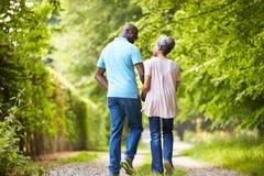 走在乡下的成熟非裔美国人的夫妇 免版税库存照片