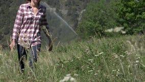 走在乡下的逗人喜爱的女孩 影视素材