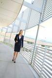走在企业大厦的一名美丽的女实业家 免版税库存照片