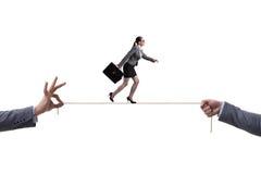 走在企业概念的紧的绳索的女实业家 免版税库存照片