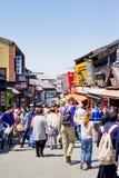 走在传统购物街道, Sannen-Zaka的很多人民ar,在Kiyomizu寺庙fron  免版税库存照片