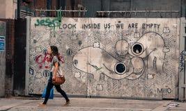 走在伦敦的时髦的行家女孩 免版税库存照片