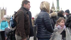 走在伦敦眼-伦敦附近的人们-英国 股票视频