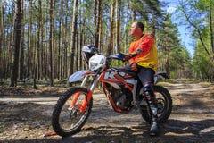 走在体育在森林里骑自行车 免版税图库摄影