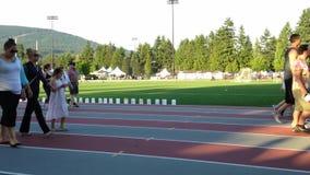 走在体育场与中转的赛马跑道的人们生活sepcial事件的在高贵林中心停放