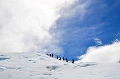 走在佩里托莫雷诺冰川的人们 免版税库存图片