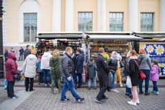 走在俄国礼品店附近的人们 图库摄影
