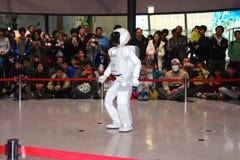 走在做的机器人演示附近在博物馆 库存照片