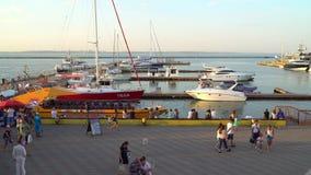 走在停车场的人们游船和游艇 股票录像