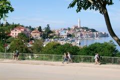 走在克罗地亚的罗维尼前面的人们 免版税库存照片