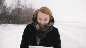 走在公园和微笑的美丽的女孩 慢的行动 股票录像