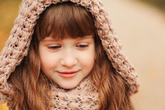 走在公园或森林的美丽的愉快的儿童女孩秋天室外画象  图库摄影