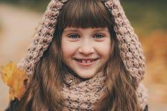 走在公园或森林的美丽的愉快的儿童女孩秋天室外画象  库存图片