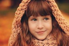 走在公园或森林的美丽的愉快的儿童女孩秋天室外画象  免版税图库摄影