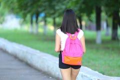 走在公园步态的女孩 库存照片