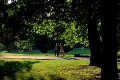 走在公园的两个女孩 免版税库存图片