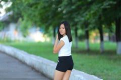 走在公园的女孩是步态 图库摄影