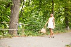 走在公园的女孩 免版税库存照片