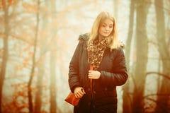 走在公园的妇女在有雾的天 免版税库存照片