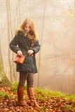 走在公园的妇女在有雾的天 库存照片