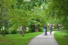走在公园的家庭 免版税库存照片