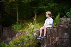 走在公园的小男孩在夏天 库存图片